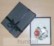 Fekete masnis díszdoboz, választható színű  csepp porcelán nyaklánccal