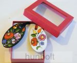 Piros ablakos díszdoboz, választható színű  ovális porcelán nyaklánccal