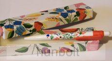 Kalocsai mintás toll doboz, műanyag kalocsai mintás fehér tollal
