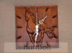 Faragott lovas óra mahagóni színben