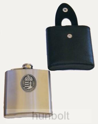 Image of 270 ml-es ón címeres ezüst színű rozsdamentes fém flaska műbőr tokkal (laposüveg)