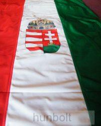 Függőleges nemzeti színű címeres zászló, lobogó