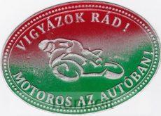 Vigyázok Rád! Motoros az autóban! nemzeti színű ón hütőmágnes (10X7cm)