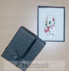 Fekete masnis díszdoboz, választható színű  ovális porcelán nyaklánccal