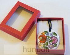 Piros ablakos díszdoboz, fehér kerek porcelán nyaklánccal