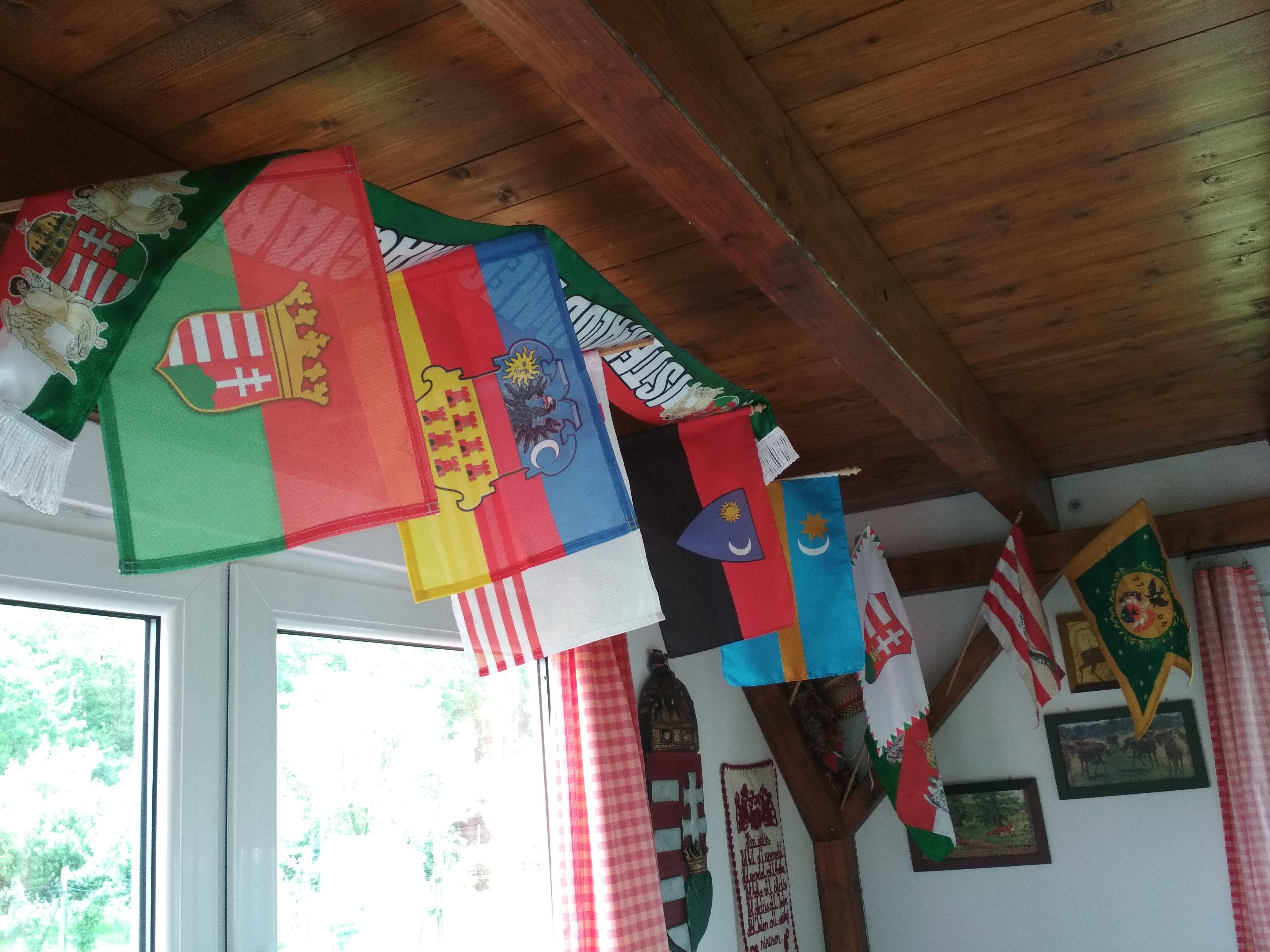 Több nemzetiség zászlója egy helyen